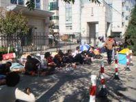 Geprellte Tibeter im Sitzstreik vor dem Firmengebäude