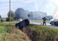 Während der nach dem Zusammenstoß auf der Straße stehende Renault Twingo Feuer fing, wurde der Fiat in den Straßengraben geschleudert.