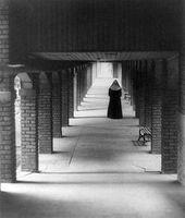 Nonne im Kreuzgang eines Klosters (Symbolbild)