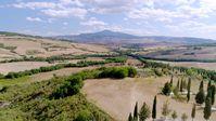 """Eine Bahnfahrt mit dem historischen """"Treno Natura"""" führt auch durch das idyllische Orcia-Tal in der südlichen Toskana.  Bild: ZDF Fotograf: ZDF/ORF/GS-Film"""