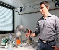 Testlauf: Roboterhand beim Ergreifen einer Flasche.