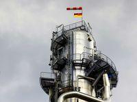 """Chemie-Anlage unter dunklen Wolken Bild: """"obs/Arbeitgeberverband Chemie Baden-Württemberg e.V./Frank Eppler"""""""