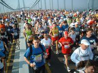 Läufer kurz nach dem Start auf der Verrazano-Narrows-Brücke beim New-York-City-Marathon 2005