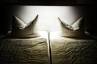 Schlafzimmer: Frauen beim Sex oft gehemmt. Bild: pixelio.de, P. Bork
