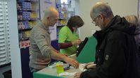Klaus Balzer (rechts) in der Apotheke. Für ZDFzoom vergleicht er die Medikamentenpreise in Deutschland mit denen in Frankreich. Bild: ZDF und Felix Korfmann