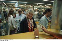 Fluggäste bei der Passkontrolle am Frankfurter Flughafen (Symbolbild)