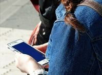 Suchtverhalten: Menschen hängen an ihren Handys.