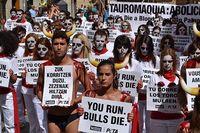 Aktion von PETA UK und AnimaNaturalis gegen die Stierhatz und Stierkampf in Pamplona. Bild: PETA UK