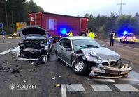 Der Audi Q5 (links im Bild) wollte geradeaus fahren, der BMW wollte nach links abbiegen und stieß mit dem Polizeifahrzeug zusammen. Beide Fahrer wurden verletzt und beide Fahrzeuge erheblich beschädigt. Bild: Polizei