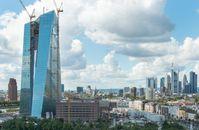 Neuer EZB-Campus mit Doppelturm-Neubau und der integrierten ehemaligen Großmarkthalle, im Hintergrund ist ein Teil der Frankfurter Skyline zu sehen (September 2013)