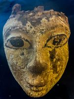 Fragment einer hölzernen Maske. Bild: Polizei