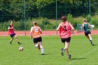 Frauen auf dem Fußballfeld: Sie nutzen Lücken ein bisschen besser aus, laufen sich ein bisschen besser frei und stellen in der Defensive die Passwege ein bisschen geschickter zu als die Männer. Bild: Peter Neidlinger/UA-Fotostelle