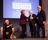 """Henry A. Kissinger, Angela Merkel, Gerhard Casper, und John Kerry bei der Verleihung des Henry A. Kissinger Preis im Schloss Charlottenburg am 21. Januar 2020. Bild: """"obs/American Academy in Berlin/Annette Hornischer"""""""