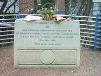 Denkmal für die Verstorbenen und deren Angehörige am Stadion.