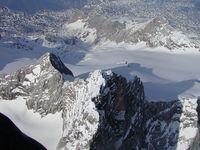 Luftaufnahme des Dachstein aus ca. 3.600 m mit Niederem Dachstein (links) und Gjaidstein (im Hintergrund). Bild: Aerotiker at de.wikipedia