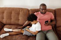 Vater und Sohn am Handy
