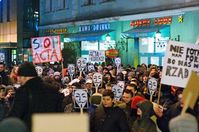Anti-ACTA-Protestaktion in Sosnowiec (Polen): Guy-Fawkes-Maske, Symbol der Anonymous-Bewegung. Bild: MannfürsGrobe / wikipedia.org