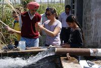 Entnahme von Wasserproben mit indischen Forschern zur Bestimmung der  Gehalte von unter anderem Selen und Arsen. (Foto: IMG) Quelle:  (idw)