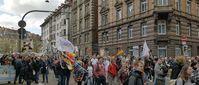 "Bild: SS Vidoe: ""KenFM am Set: 03.04.2021 - Querdenken-Demo Stuttgart / Cannstatter Wasen"" (https://veezee.tube/videos/watch/82c44c5d-bd5b-4ebe-ab3c-35a01f7361a6) / Eigenes Werk"