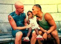 Ein schwules Paar mit adoptierem Kind (Symbolbild)