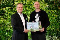 """Umweltpreisträger spendet 250.000 EUR für Wiederaufforstung von Torfmoorregenwald an BOS Deutschland e. V.Bild: """"obs/Werner & Mertz GmbH/Marcus Steinbruecker"""""""