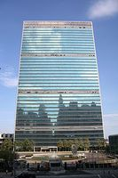 Blick auf die United Nations Plaza und das Hauptquartier der Vereinten Nationen in New York. Bild: Stefan Schulze / de.wikipedia.org