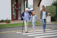 """Großeltern bekommen Unterstützung von jüngeren Generationen /   Bild: """"obs/CosmosDirekt/AdobeStock"""""""