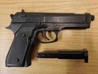 Pistole griffbereit im Fußraum Bild: Bundespolizei