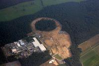 Teilchenbeschleunigeranlage FAIR: Luftbild auf die Baustelle; der kreisrunde Hauptbeschleunigerring ist gut zu erkennen