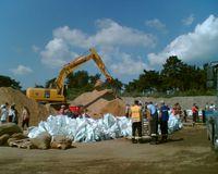 Füllen von Sandsäcken für die Deichverteidigung im Landkreis Börde