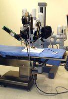 Stativ mit den Roboterarmen über einem Operationstisch