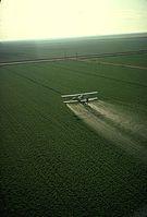 A cropduster spraying pesticide on a field Bild: en.wikipedia.org