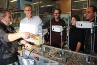 Das Projektteam an der Laborbiogasanlage: Thomas Luthardt-Behle, Prof. Dr. Ulf Theilen, Steffen Herbert, Johanna Heynemann und Prof. Dr. Harald Weigand (von links) Quelle:  (idw)