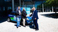 Das AfD-Diesel-Mobil startet seine Deutschland-Tour : (v.l.n.r.) Stephan Protschka und Guido Reil vom AfD-Bundesvorstand übergaben die Fahrzeugschlüssel an Gerd Mannes und Markus Bayerbach bei der Schlüsselübergabe