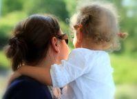 Mutter mit Kind: Social-Media-Kritik oft heftig. Bild: Souza, pixelio.de