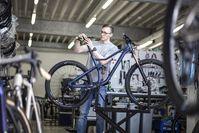 """Rose-Mitarbeiter bei der Bike-Montage des Mountainbike-Modells """"Root Miller"""" in Bocholt. Bild: ROSE Bikes GmbH Fotograf: Rose Bikes"""