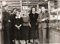 """Theo Albrecht (ganz links) und Karl Albrecht (ganz rechts) mit dem Personal des elterlichen Geschäfts in Essen, 1939 Bild: """"obs/ZDF"""""""