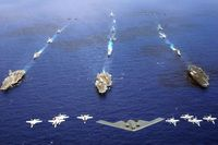 Eine Flugzeugformation überfliegt drei Trägergruppen während der Übung Valiant Shield 2006 (Symbolbild)