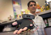 Third Eye-VI: System mit Kamera und Handschuh. Bild: Patrick Mansell