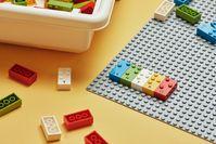 """LEGO Braille Steine - Spielerisches Lernen der weltweit anerkannten Blindenschrift ©The LEGO Group  Bild: """"obs/LEGO GmbH"""""""