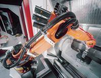 KUKA Gelenkarmroboter zur Werkstückver- und -entsorgung an einer Fräsmaschine
