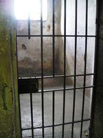 Gefängnis, Gefängniszelle, Gefangener und hinter Gittern (Symbolbild)
