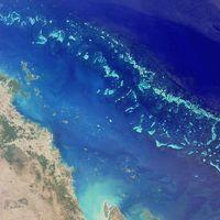 Satellitenfoto eines Teils des Great Barrier Reef nordöstlich von Australien. Es hat eine Länge von gut 2300 Kilometern und erreicht damit eine Ausdehnung vom 10. bis zum 24. südlichen Breitengrad. Hier ein Ausschnitt der Southern Section (auch Mackay Capricorn Reef). Östlich der Stadt Mackay im Bundesstaat Queensland. Es ist der nördliche Abschnitt der Sektion, der in die Central Section (auch Whitsunday Section) übergeht (bzw. vice versa). Der Bildausschnitt umfasst ca. 200×200 km.