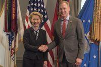 Ursula von der Leyen läßt sich mit der US-Amerikansichen Flagge repräsentieren. Der US-Secretär  Patrick M. Shanahan trägt immerhin ein Emplem mit BRD-USA-Flaggenkombination (2019)