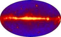 Räumliche Verteilung der kosmischen Gammastrahlung mit Energien größer 100 MeV. Ihre Verteilung gibt gleichwohl Hinweise auf den Ursprung der Teilchenstrahlung. Das helle Band ist die Milchstraße, mit ihrem Zentrum in der Mitte. Bild: de.wikipedia.org
