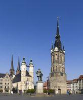 """Halle: Marktplatz mit Marktkirche, Händel-Denkmal und Rotem Turm. Die Marktkirche und der Rote Turm bilden zusammen das Wahrzeichen der """"Fünf Türme""""."""