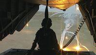 """Helikopter-Flug über Afghanistan. Um ferngelenkte Raketen der Taliban abzulenken, zündet die Besetzung Leuchtsäze. Bild: SWR"""" (S2)."""