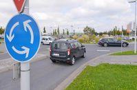 Prinzipiell gilt: Wer im Kreisverkehr fährt, hat Vorfahrt. Trotzdem muss auch der Vorfahrtsberechtigte aufpassen. Bild: HUK-COBURG