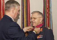 Harald Kujat wird mit der Legion of Merit von Richard Myers ausgezeichnet.