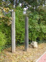 """Denkmal an der Stelle der Ermordung; in eine der Stelen ist ein Satz von Ingeborg Bachmann eingraviert: """"Die Wahrheit ist dem Menschen zumutbar"""", eine Erkenntnis, die die Lebenseinstellung Herrhausens gut zusammenfasst"""
